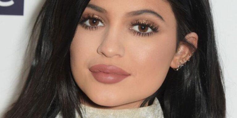 Кайли Дженнер поделилась с поклонниками секретами макияжа губ